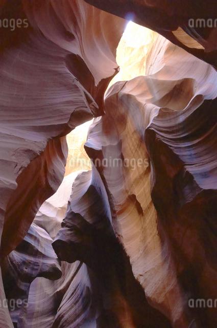 砂岩と水の芸術アンティロープ・キャニオンのイラスト素材 [FYI04281117]