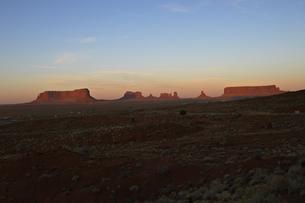 夕日に照らされ赤みを増したモニュメントの景観のイラスト素材 [FYI04281138]