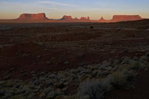 夕日に照らされ赤みを増したモニュメントの景観のイラスト素材 [FYI04281158]