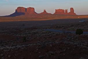 夕日に照らされ赤みを増したモニュメントの景観のイラスト素材 [FYI04281160]