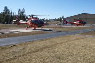 グランドキャニオン・ヘリコプター・ツアー待機中のヘリの写真素材 [FYI04281224]