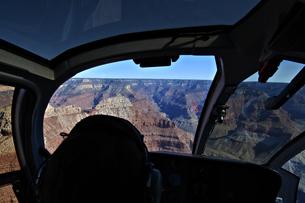 ヘリの後部席よりグランドキャニオンを見るの写真素材 [FYI04281227]