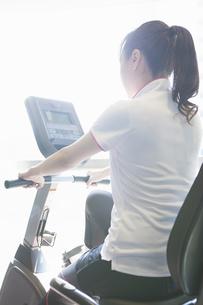 トレーニングをする女性の写真素材 [FYI04281326]