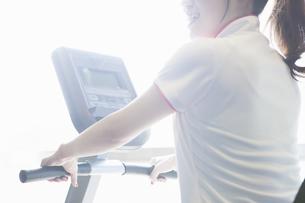 トレーニングをする女性の写真素材 [FYI04281332]