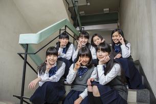 階段に座る生徒達の写真素材 [FYI04281397]