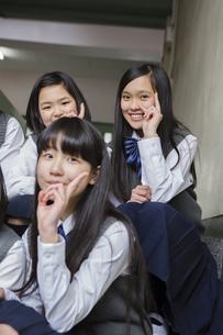 階段に座る生徒達の写真素材 [FYI04281402]