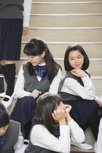 階段に座る生徒達の写真素材 [FYI04281415]
