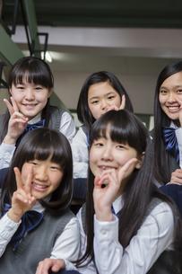 階段に座る生徒達の写真素材 [FYI04281416]
