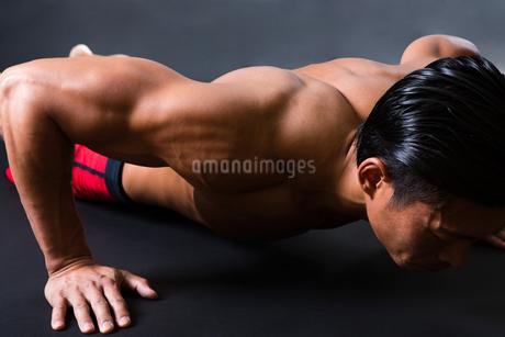筋トレに励む男性の写真素材 [FYI04281485]