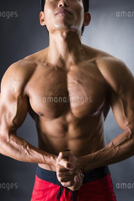力こぶをつくる男性の写真素材 [FYI04281490]