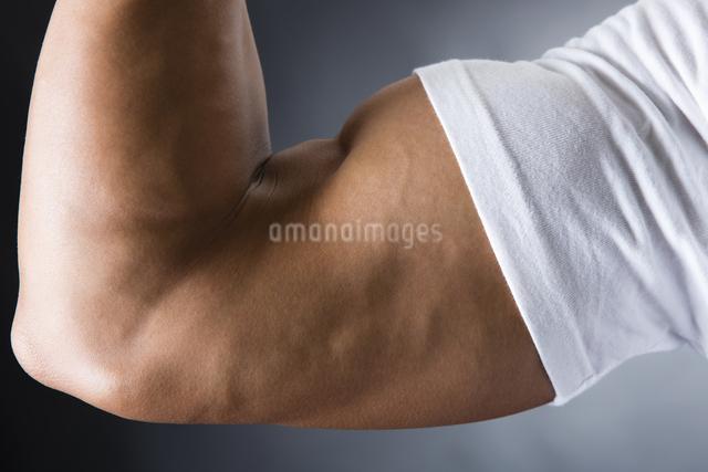 力こぶをつくる男性の写真素材 [FYI04281492]