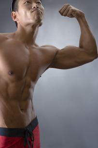 力こぶをつくる男性の写真素材 [FYI04281493]