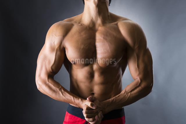 力こぶをつくる男性の写真素材 [FYI04281494]