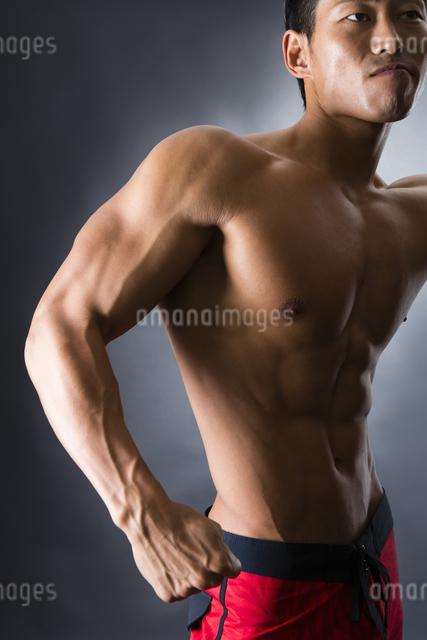 力こぶをつくる男性の写真素材 [FYI04281496]