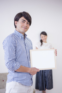 ホワイトボードを持つ男性と女性の写真素材 [FYI04281531]