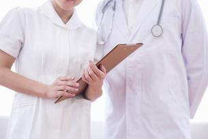 相談する医者と看護士の写真素材 [FYI04281548]
