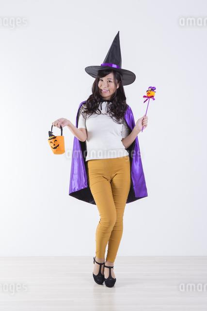 ハロウィンのコスチュームを着た女性の写真素材 [FYI04281553]