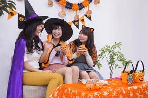 ハロウィンパーティーをする女性たちの写真素材 [FYI04281559]