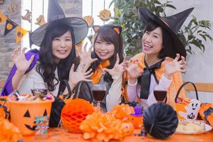 ハロウィンパーティーをする女性たちの写真素材 [FYI04281560]