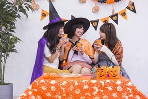 ハロウィンパーティーをする女性たちの写真素材 [FYI04281564]