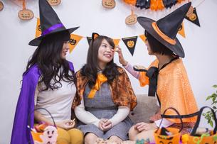 ハロウィンパーティーをする女性たちの写真素材 [FYI04281571]