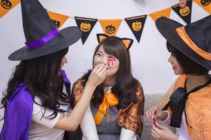 ハロウィンパーティーをする女性たちの写真素材 [FYI04281572]