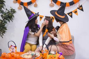 ハロウィンパーティーをする女性たちの写真素材 [FYI04281573]