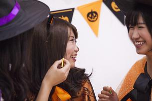 ハロウィンパーティーをする女性たちの写真素材 [FYI04281579]