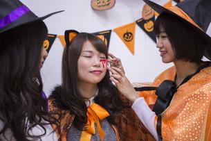ハロウィンパーティーをする女性たちの写真素材 [FYI04281580]