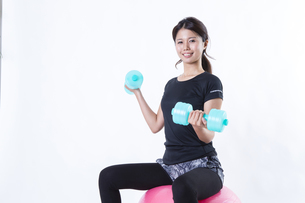 スポーツウェアを着た女性の写真素材 [FYI04281629]