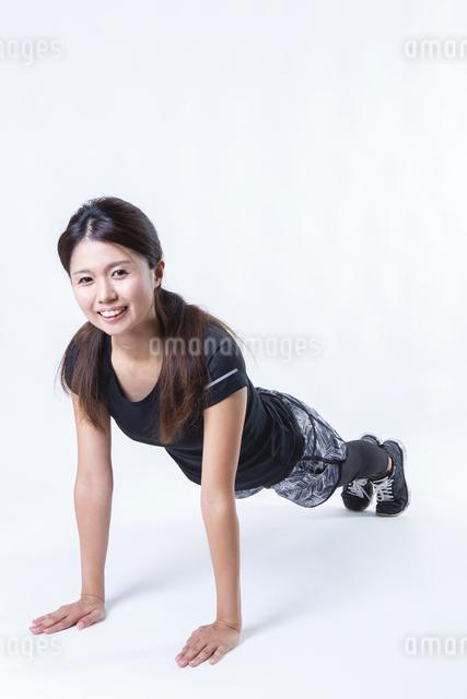 スポーツウェアを着た女性の写真素材 [FYI04281636]