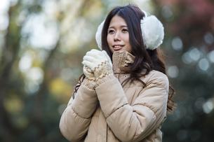 ダウンジャケットの女性の写真素材 [FYI04281686]
