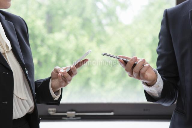 連絡先を交換するビジネスパーソンの写真素材 [FYI04281806]