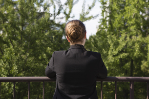屋上から外を眺めるビジネスパーソンの写真素材 [FYI04281850]