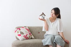 家のおもちゃを見る妊婦さんの写真素材 [FYI04282073]