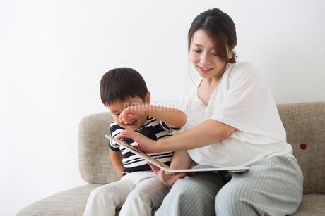 男の子に絵本を読む妊婦さんの写真素材 [FYI04282074]