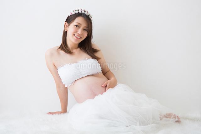 ドレスを着ている妊婦さんの写真素材 [FYI04282098]