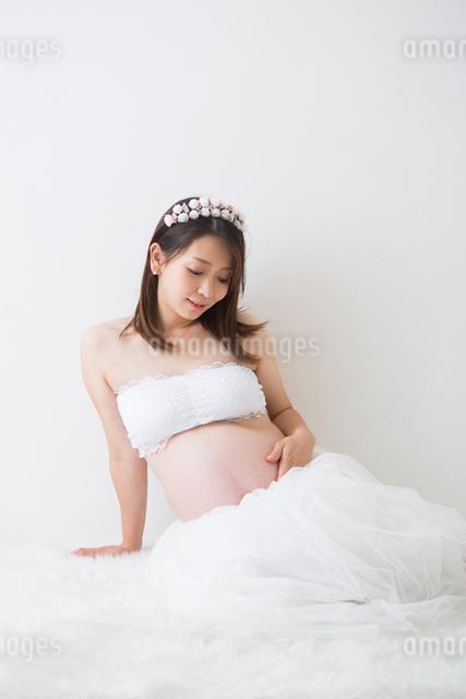 ドレスを着ている妊婦さんの写真素材 [FYI04282104]