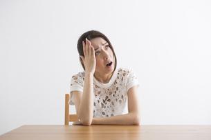 頭痛をおこす女性の写真素材 [FYI04282123]