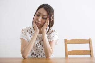 頭痛をおこす女性の写真素材 [FYI04282124]