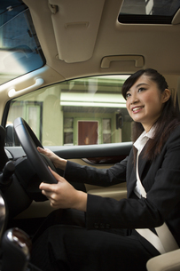 運転する女性の写真素材 [FYI04282223]