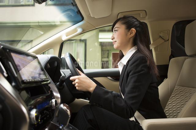 運転する女性の写真素材 [FYI04282226]