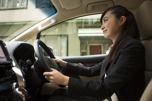運転する女性の写真素材 [FYI04282233]