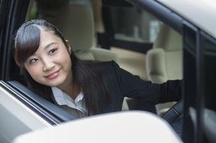 運転する女性の写真素材 [FYI04282234]
