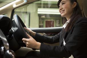 運転する女性の写真素材 [FYI04282235]