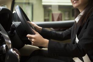 運転する女性の写真素材 [FYI04282236]