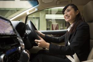 運転する女性の写真素材 [FYI04282237]