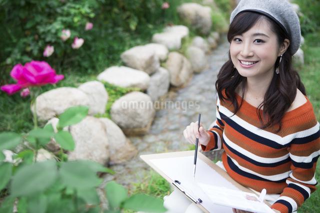 公園で絵を描く女性の写真素材 [FYI04282294]