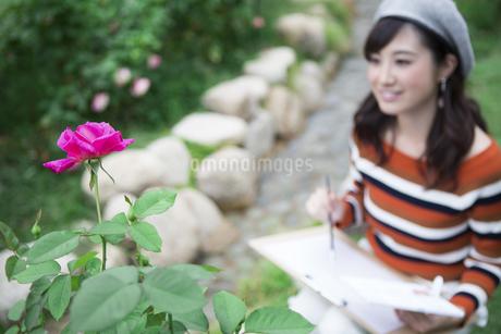 公園で絵を描く女性の写真素材 [FYI04282307]