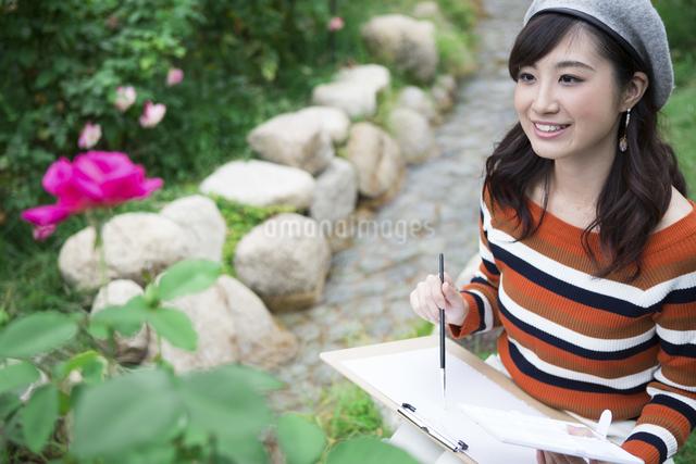 公園で絵を描く女性の写真素材 [FYI04282315]